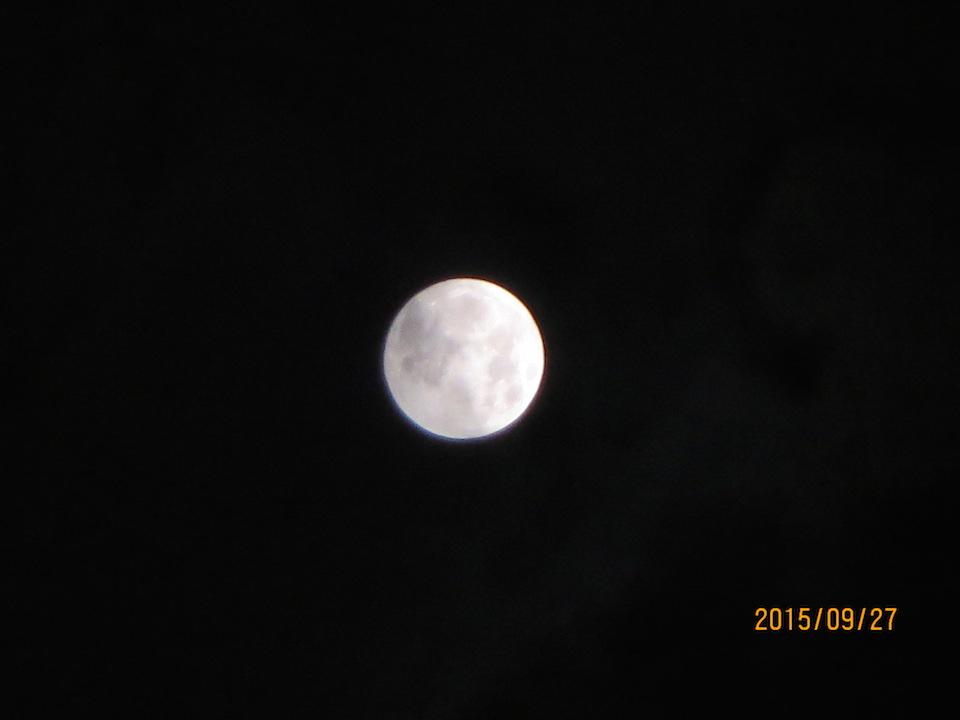 十五夜の中天に煌々と浮かぶ今年の中秋の名月 先月27日 三和正明 撮影