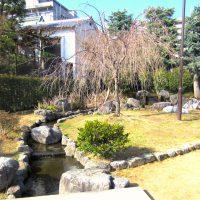 金売吉次邸跡を彷彿とさせる桜井公園内の清流の流れ 撮影 三和正明