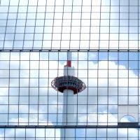 京都駅のガラスに映じた京都タワーの味わい 撮影 三和正明